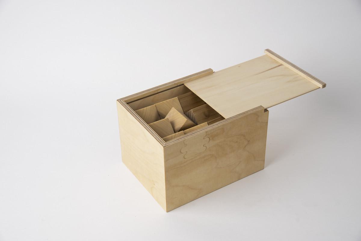 Bauklötze in einer Holzbox