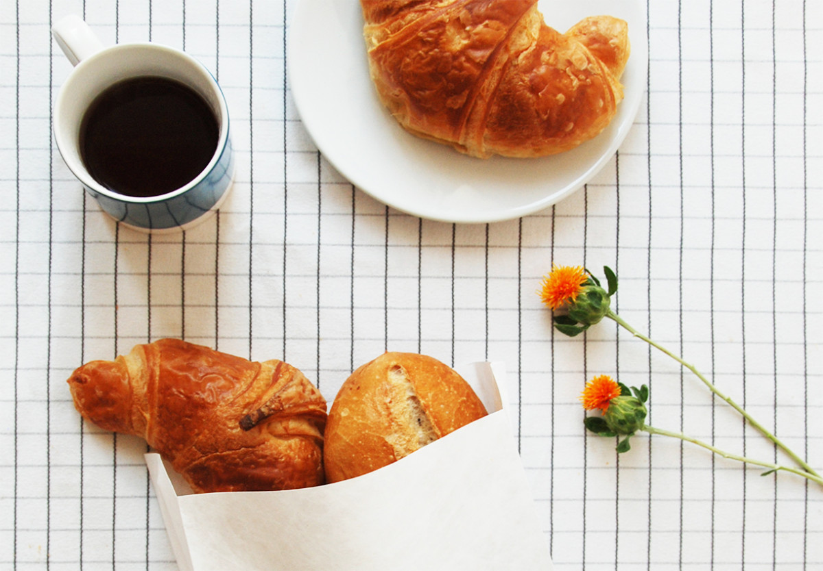 Frühstückstisch mit einer Mehrfalter-Tüte