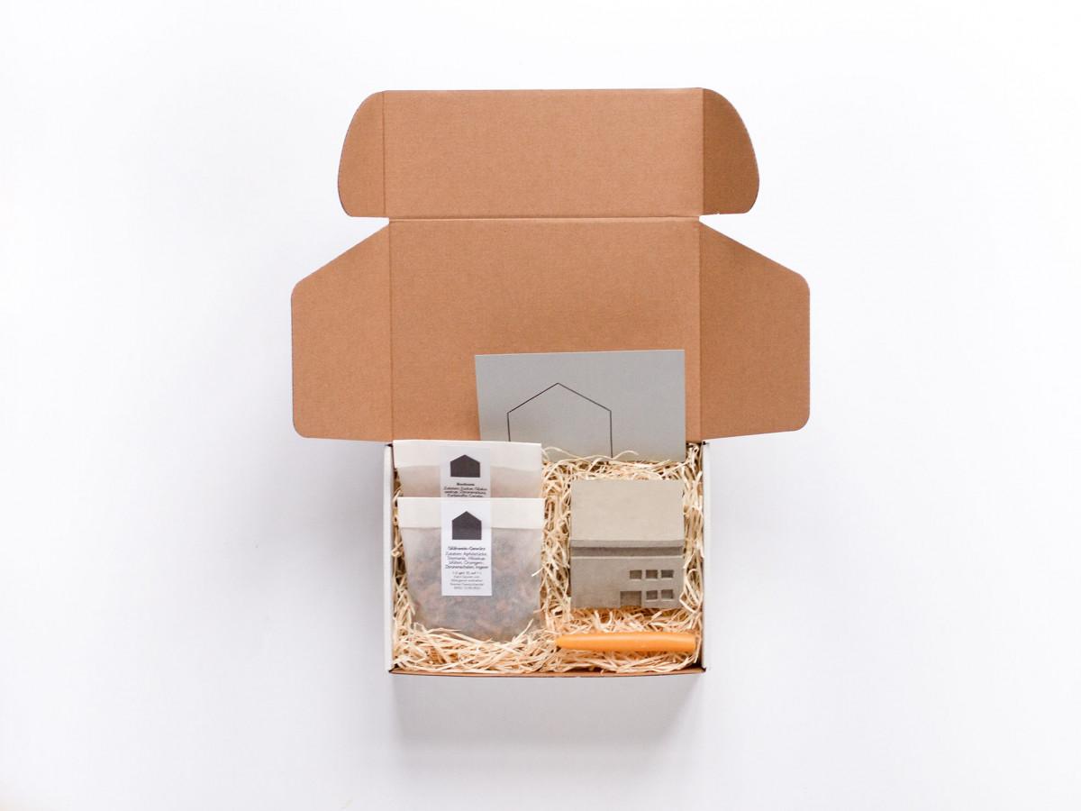 Kiste mit Geschenken für die Mitarbeiter:innen