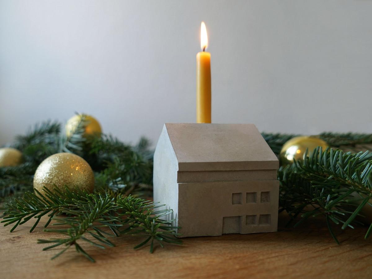 Weihnachtliches Bild vom Betonhaus