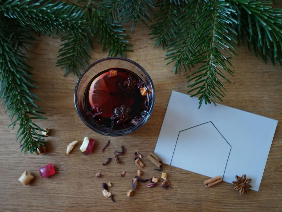 Weihnachtliches Bild mit Glühwein und Postkarte